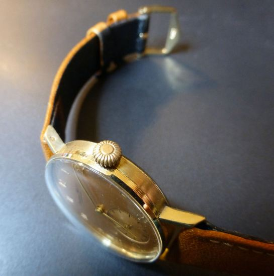 Brushed 14ct Gold sided case with polished bezel and curved snap on back