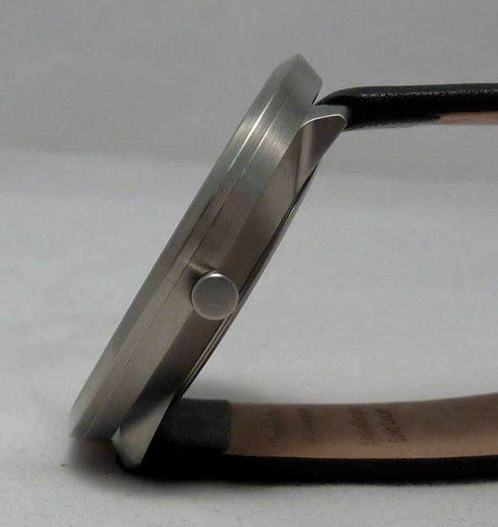 Flat sapphire glass, stainless steel slim case