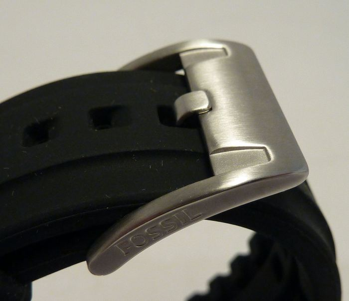 Brushed stainless steel buckle with Fossil logo.