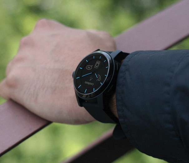 Looks like a wrist watch and acts like a wristwatch, that's smart as well.