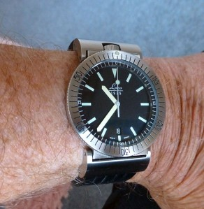 Laco with articulated lugs on the wrist.