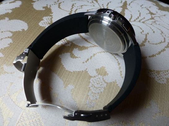 Very clean case back - standard spring-bar bracelet or strap fittings